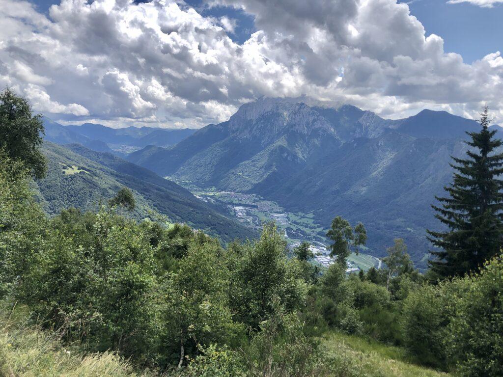Aussicht vom Alpe Giumello bis zum Ort Cortenova