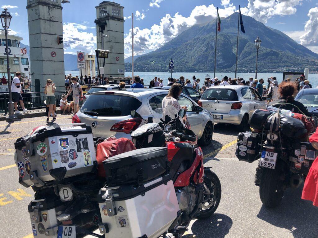 Warten auf die Fähre über den Lago di Como